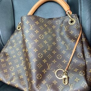 Authentic. Louis Vuitton Artsy. Pre-owned.